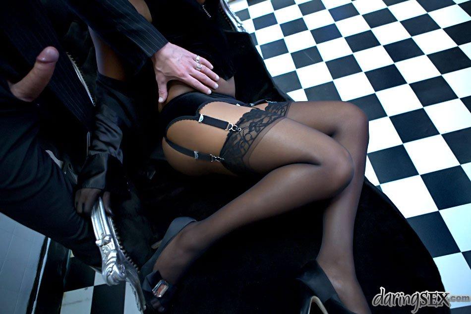 Черная девушка с большими буферами Jasmin позволяет черному члену проникнуть в ее прелестную попку
