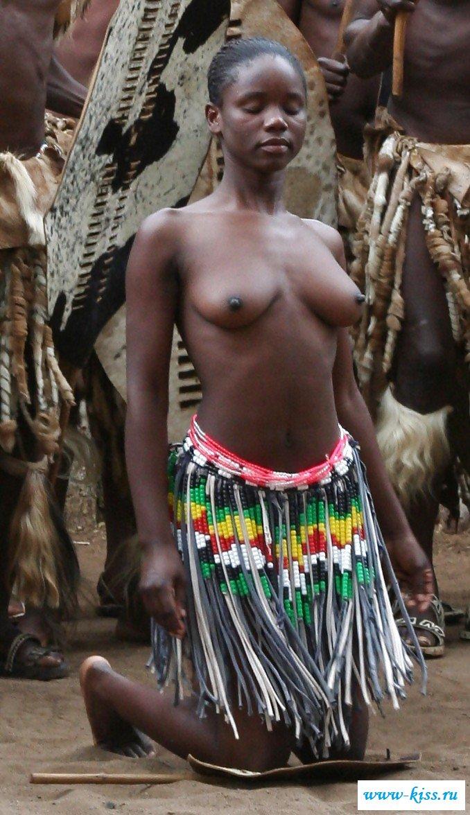 Красивые сучки демонстрируют голые титьки
