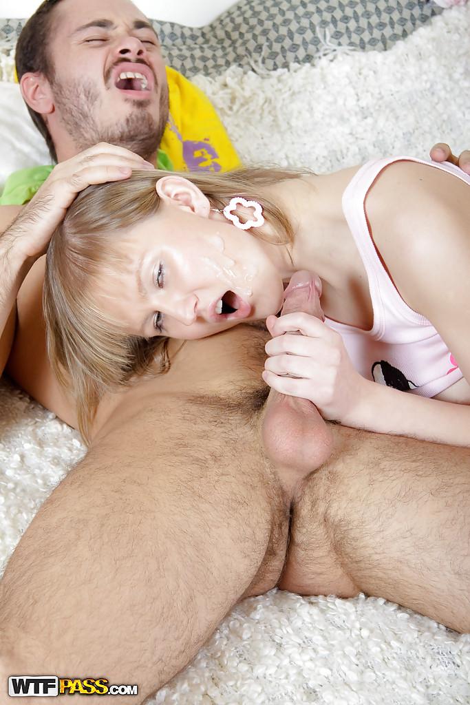 Бородатый парень трахает блондинку во все дыры у неё в комнате
