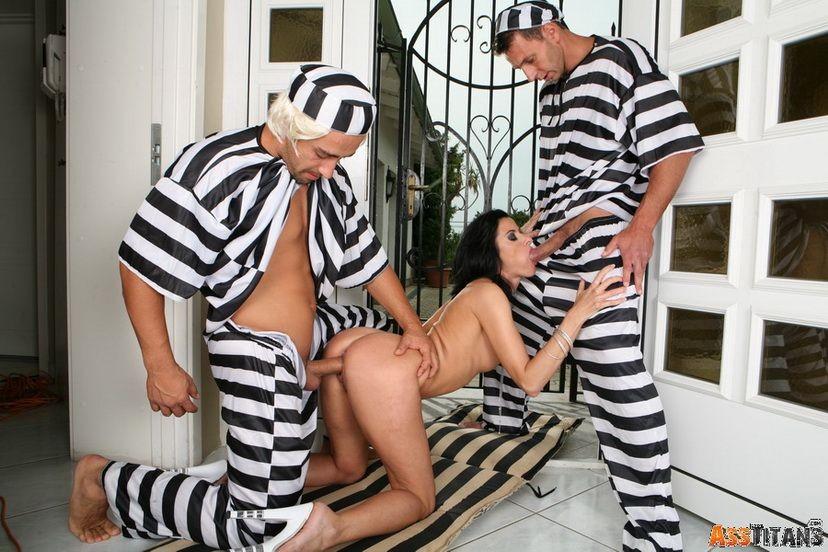 Два сбежавших арестанта уговорили на анальный секс зрелую брюнетку