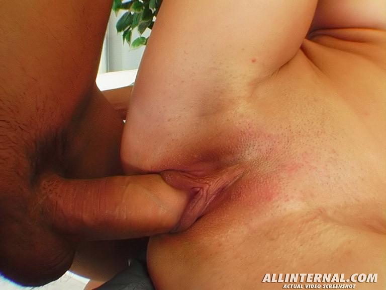 Дженни с наслаждением выпускает сперму из пизды после ебли