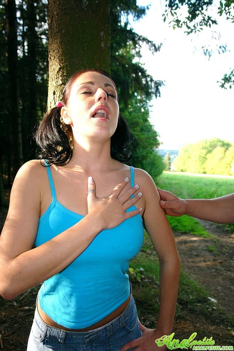 Молодую блядь трахают в жопу после пробежки в лесу