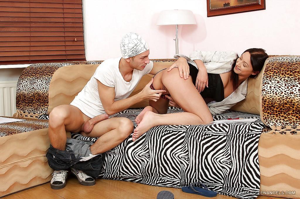 Парень в шапке пришел к брюнетке и отодрал её в киску и анал