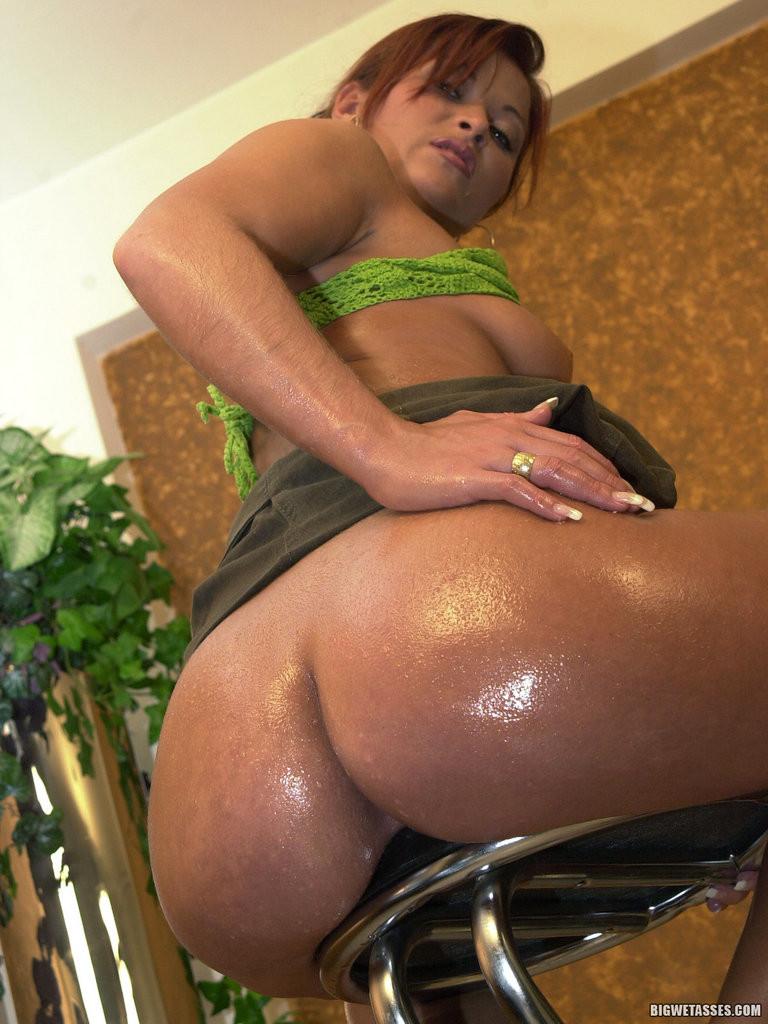 Сексапильная Яна смазала свою большую задницу маслом