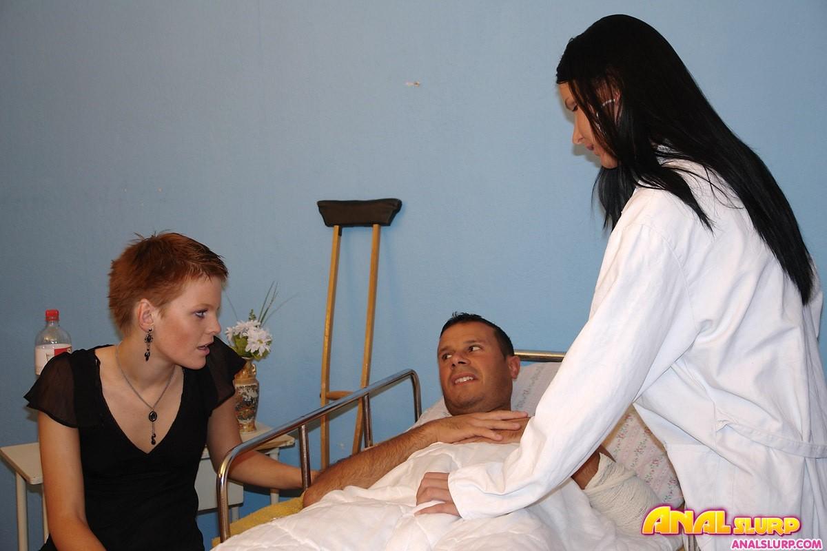 Жена и ее подруга пришли навестить мужа, а он засунул им свой хуй  в анал
