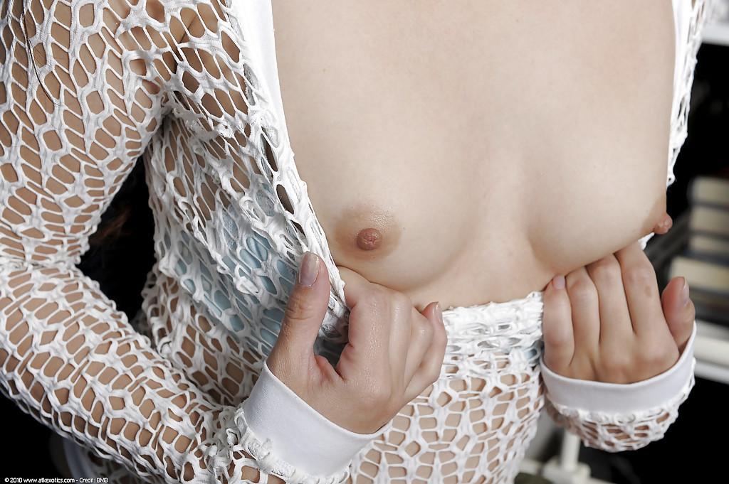 Азиатка Kita Zen раскрыла киску в своей комнате