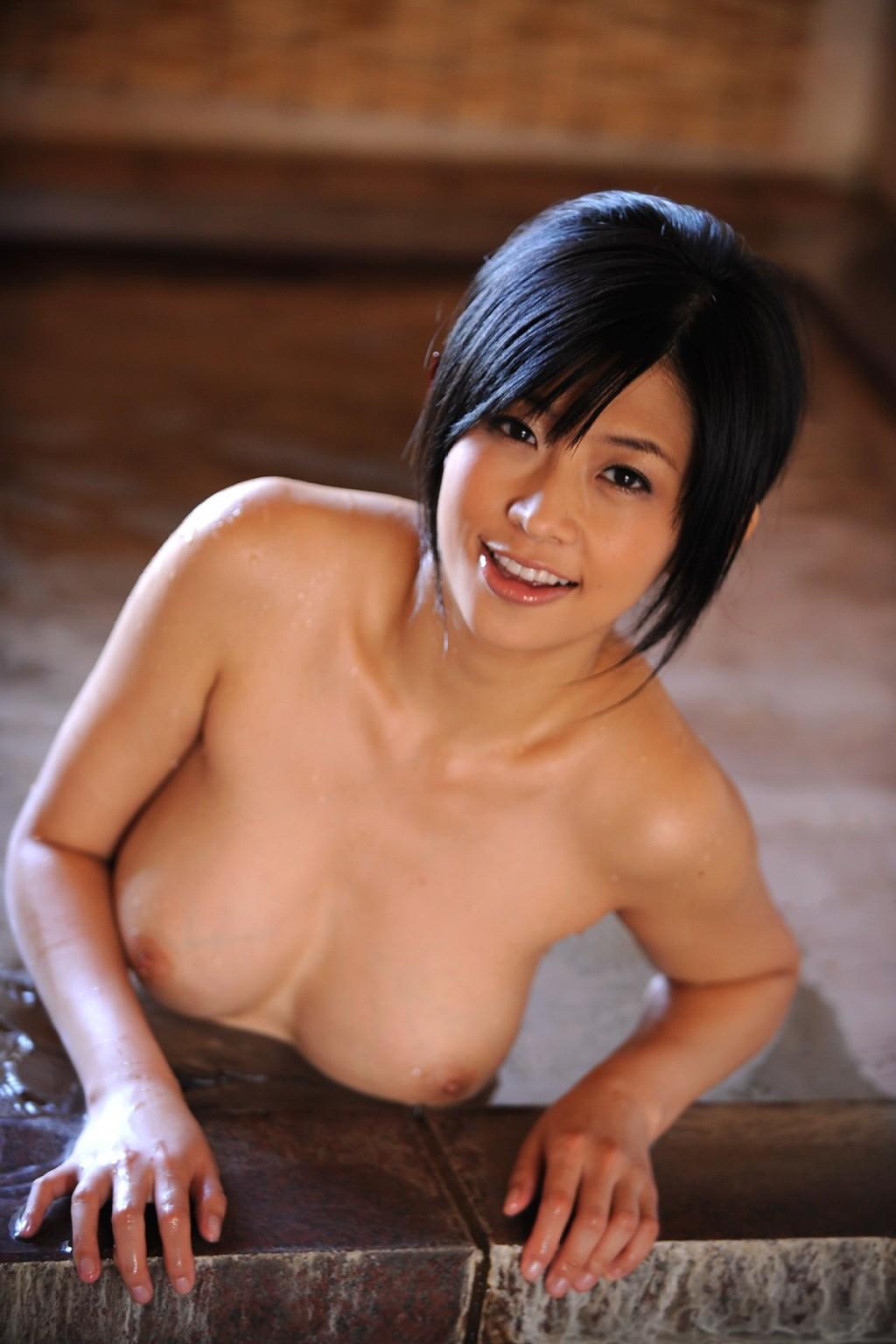 Азиатка снимает с себя кимоно и показывает свою аккуратную киску, соблазняя собой всех зрителей