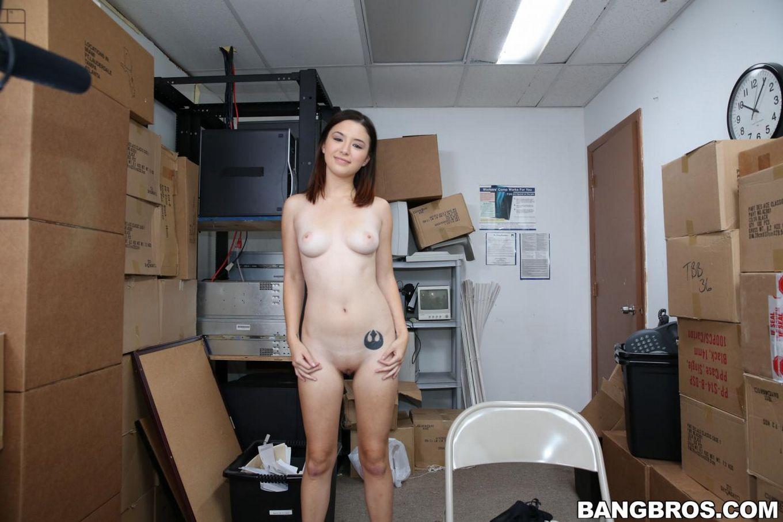 Голая азиатка Daisy Summers уже готова кончить, когда ее жестко имеют в бритую киску