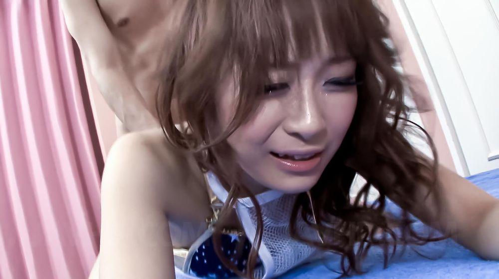 Крошечная азиатка Misa Kikouden разгорелась от секс-игрушки и радостно поглотила мужской член