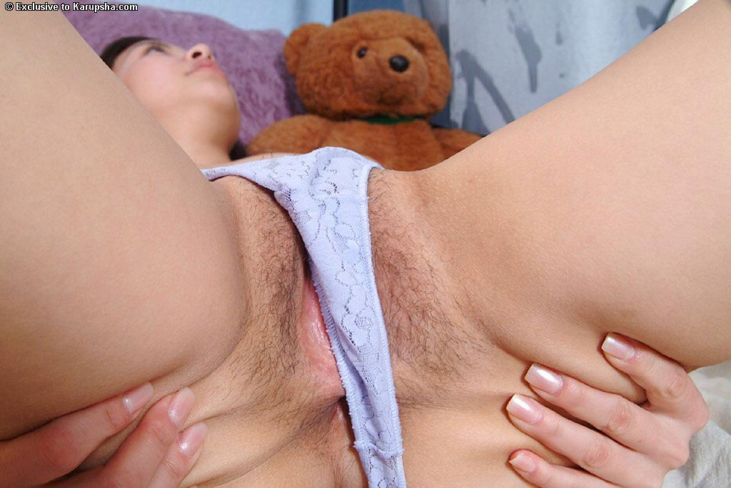 Куколка-азиатка Sophie Del Mar стягивает голубые джинсы и показывает розовую дырочку