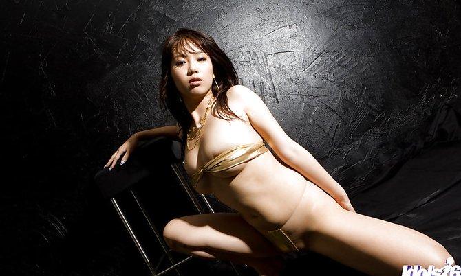 Молодая сексуальная голая девка позирует