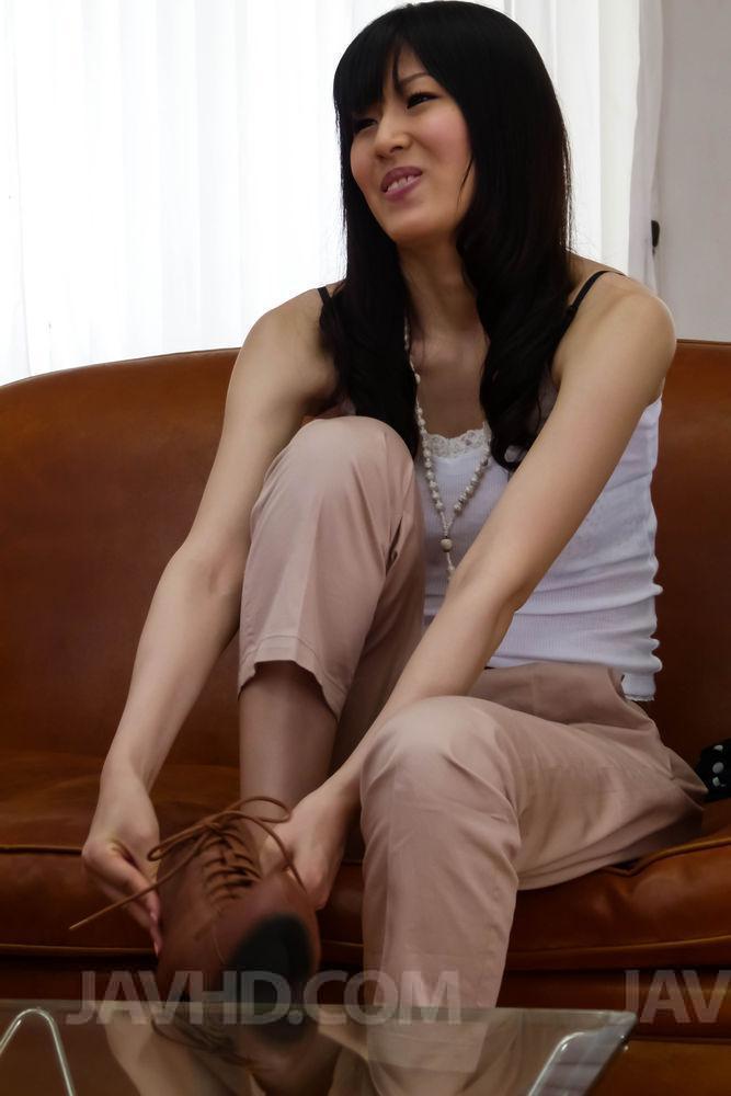 Стыдливая азиатка Nozomi Koizumi трахает свою жадную киску игрушкой так страстно, что просто взрывается от оргазма