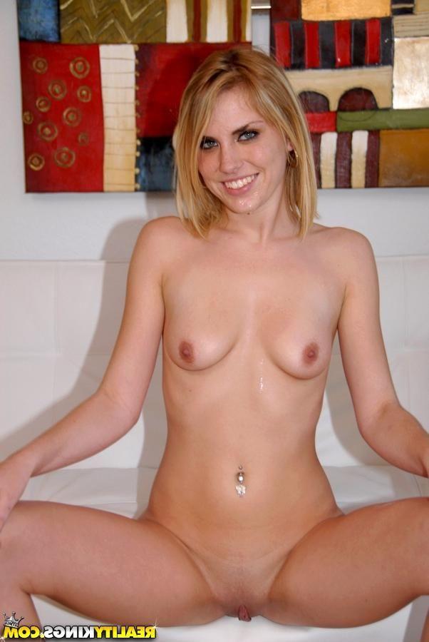 Блондинку трахают большим членом без презерватива