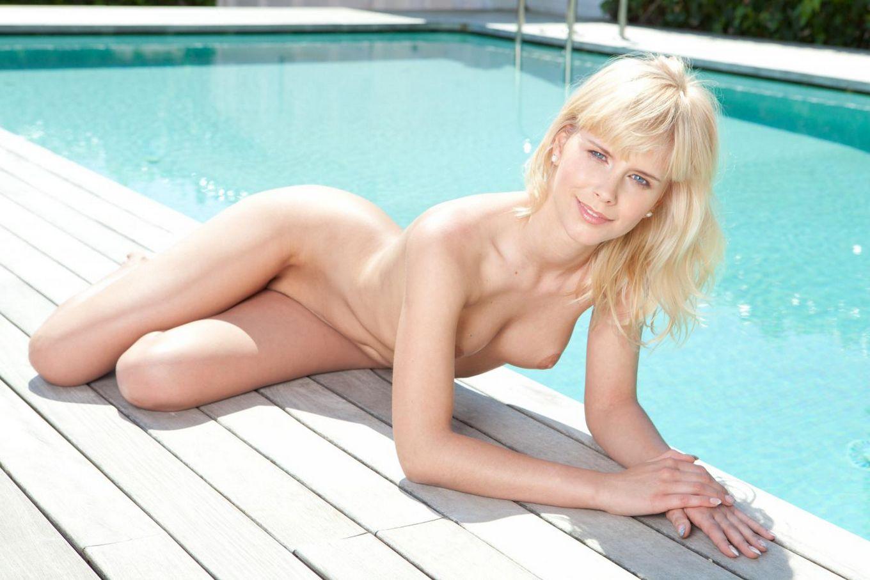 Блондинка-извращенка Noleta Nubiles по своей воле остается без бикини и показывает свои дырочки