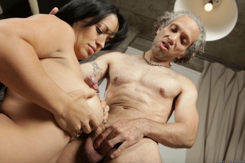 Большегрудая брюнетка в бикини Mason Storm с ультра длинными волосами дала проткнуть киску внутри посещения