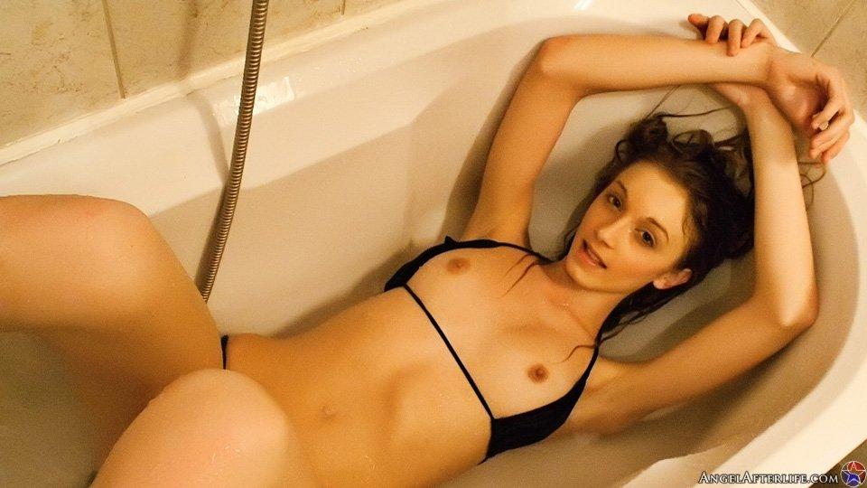 Брюнетка-подросток в черном бикини Stacy Baby развлекается в полной ванне
