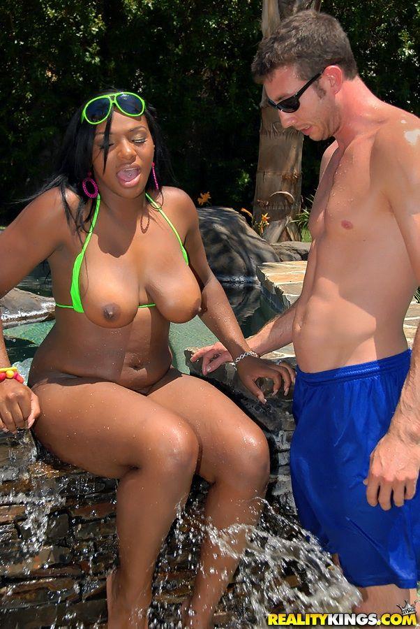 Негритянки с большими жопами Taylor Layne и Samone Taylor отдаются белым у бассейна
