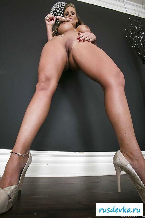 Обнаженная с целлюлитом на голой заднице