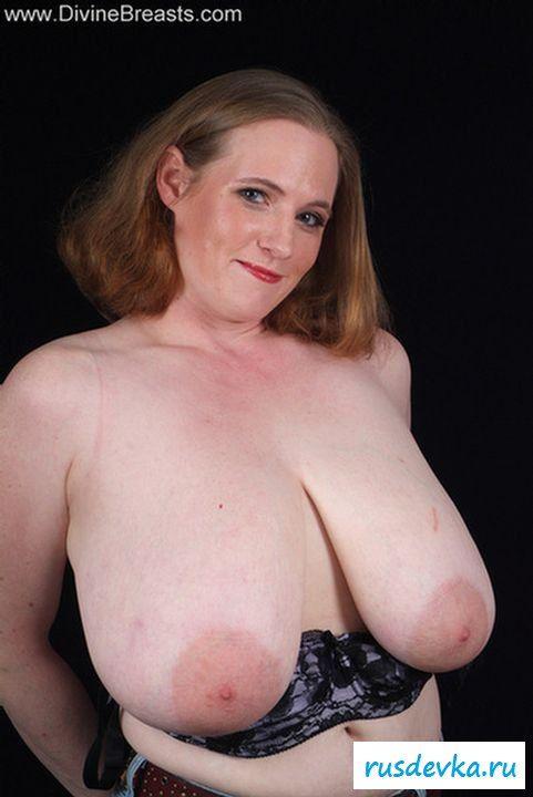 Зрелая с огромными грудями сняла лифчик