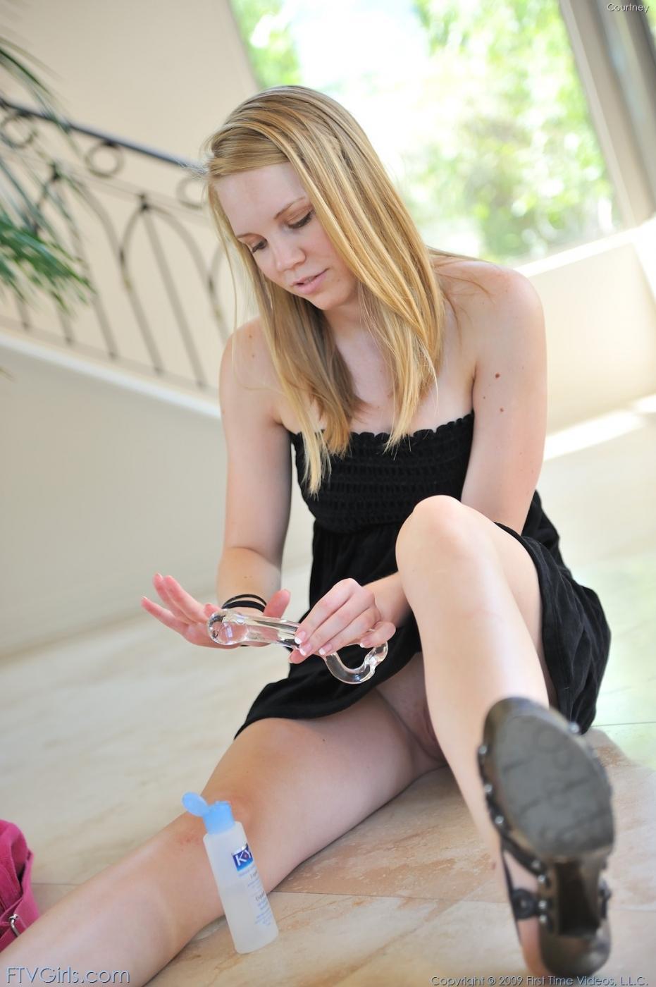 Бледная, натуральная блондинка Taylor True трахает самотыком свою попку и киску