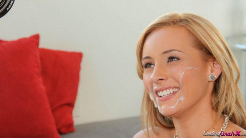 Блондинка-эксперт в оральном сексе Nikki Seven трогает пизду