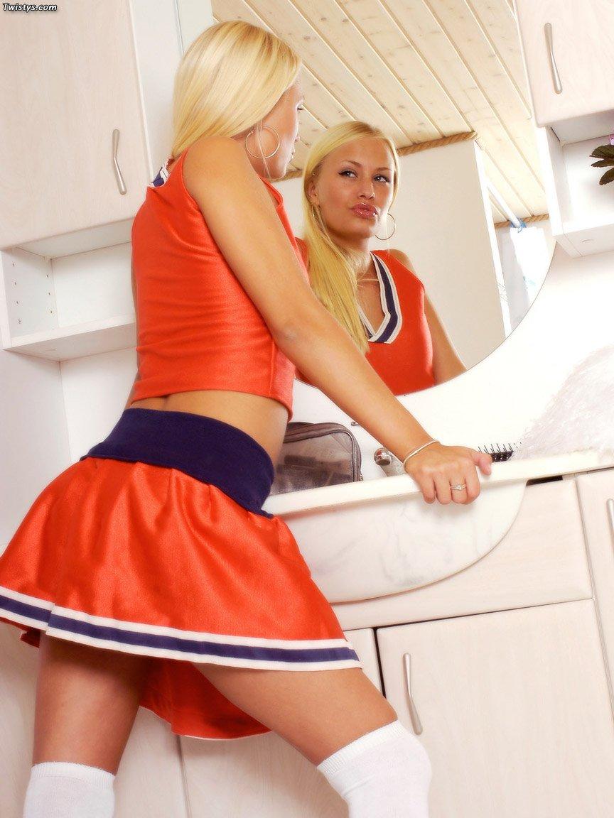 Блондинка Malou снимает белые трусики в ванной и трахает киску игрушкой