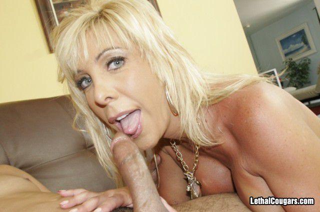 Блондинка Misty Vonage с большой округлой грудью и бритой киской трахается