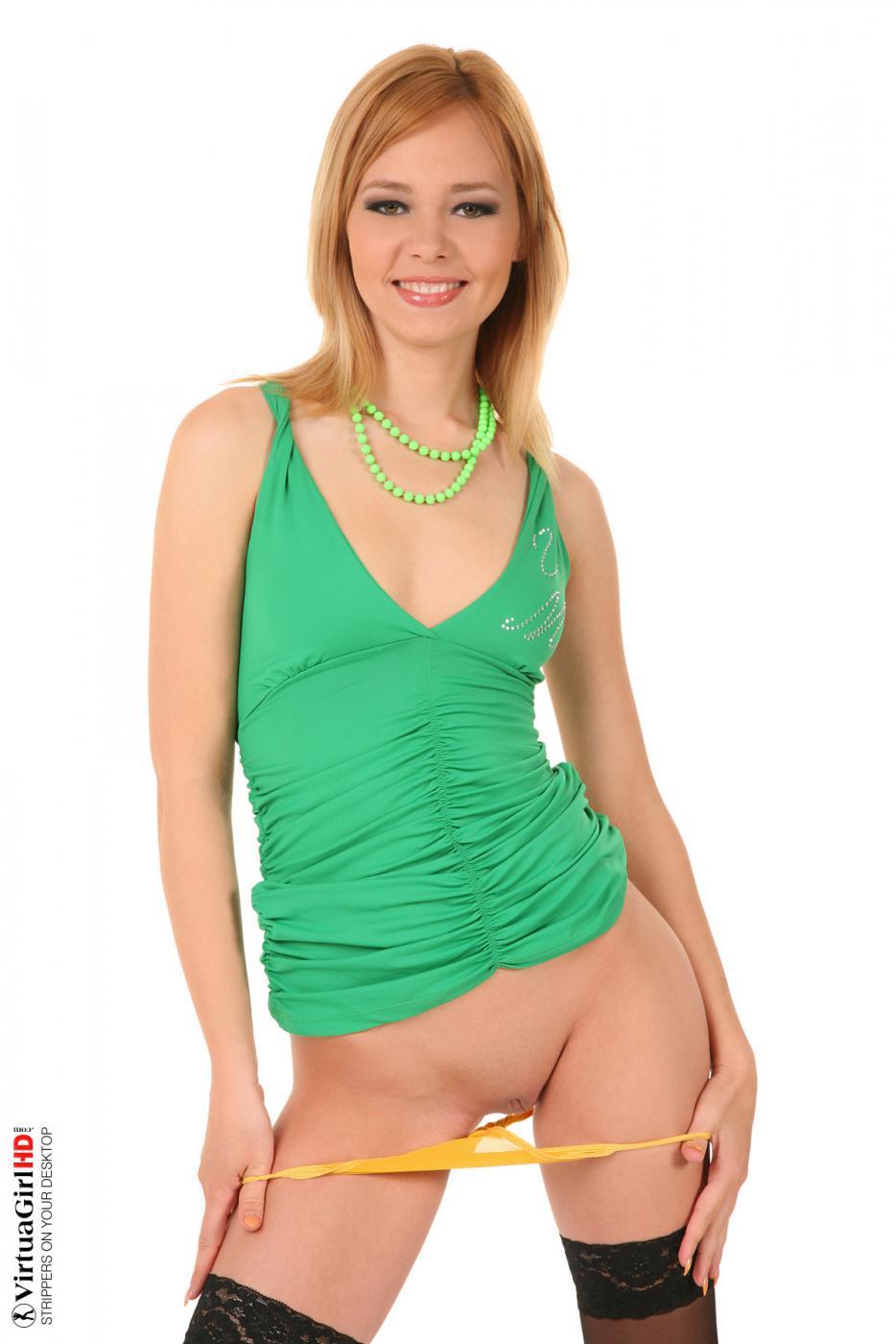 Блондинка Nikita собирается снять платье чтобы показать свою бритую киску