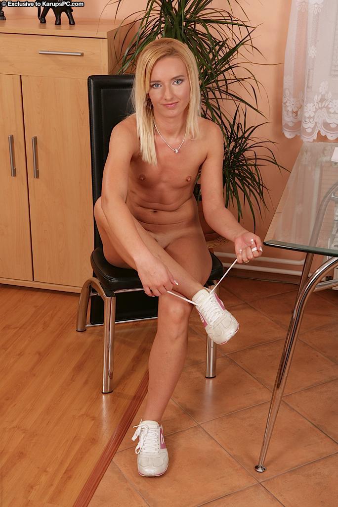 Блондинка-подросток с бритой киской и маленькой грудью Promesita засовывает два пальчика в киску