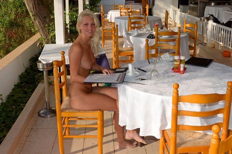 Блондинка полностью обнажилась в кафе