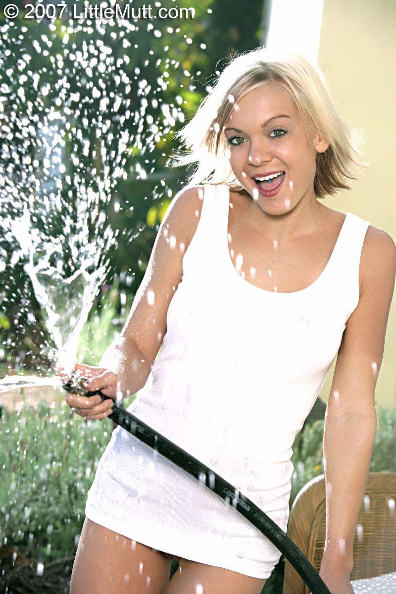 Блондинка Princess Littlemutt в мокрой просвечивающемся белом платье