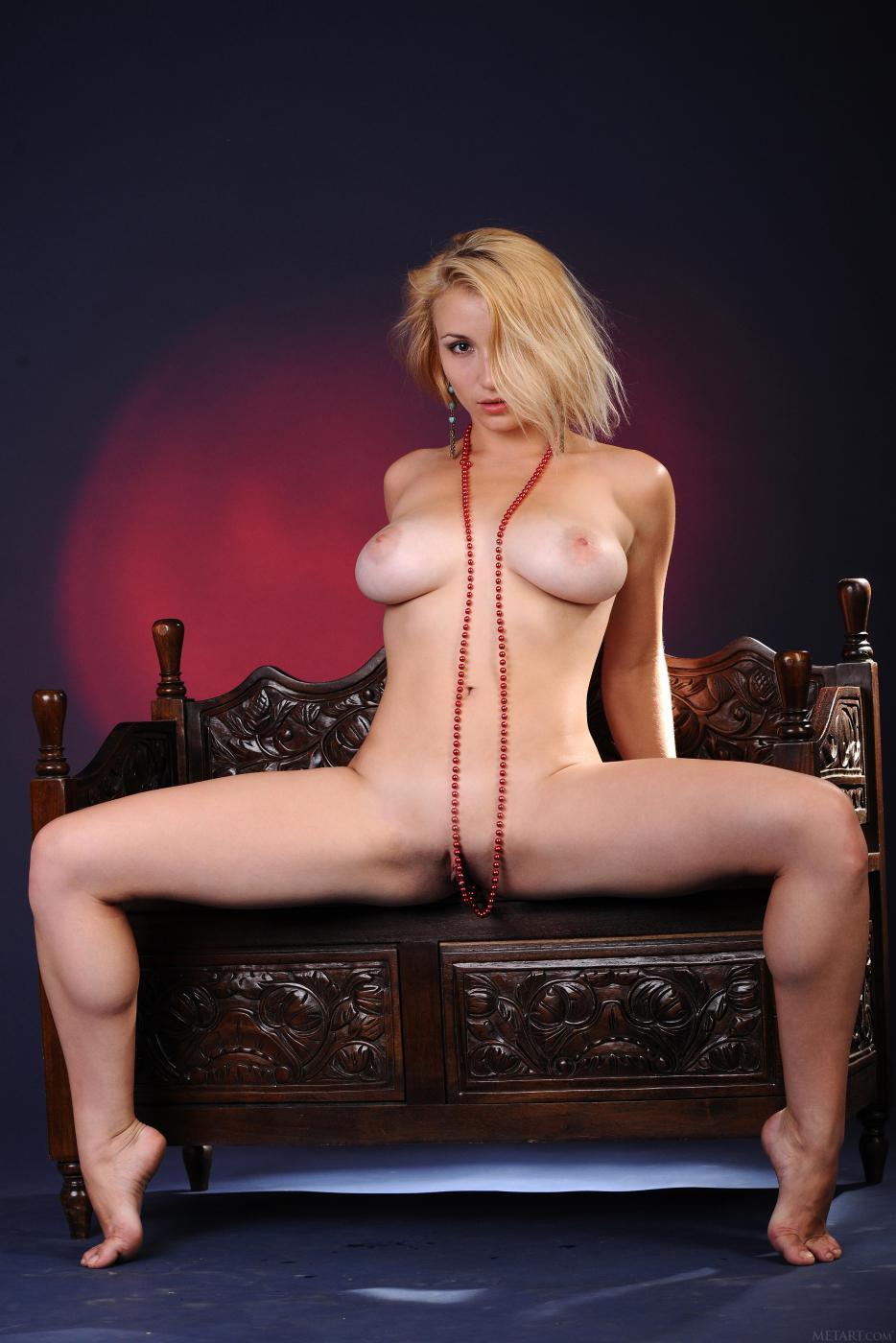 Блондинка с блестящей грудью в красном корсете  Isabella D снимает его для нас