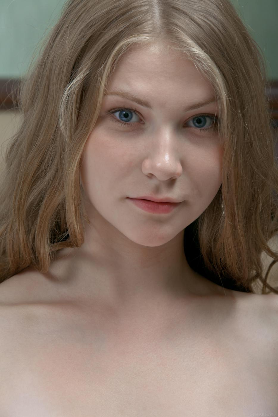 Блондинка с маленькой грудью Kessie A раздевается и показывает свою фантастическую бритую киску