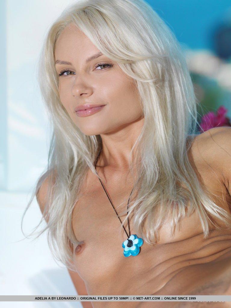 Блондинка Tessa E на террасе, ее тело обнажено и широко растянуто