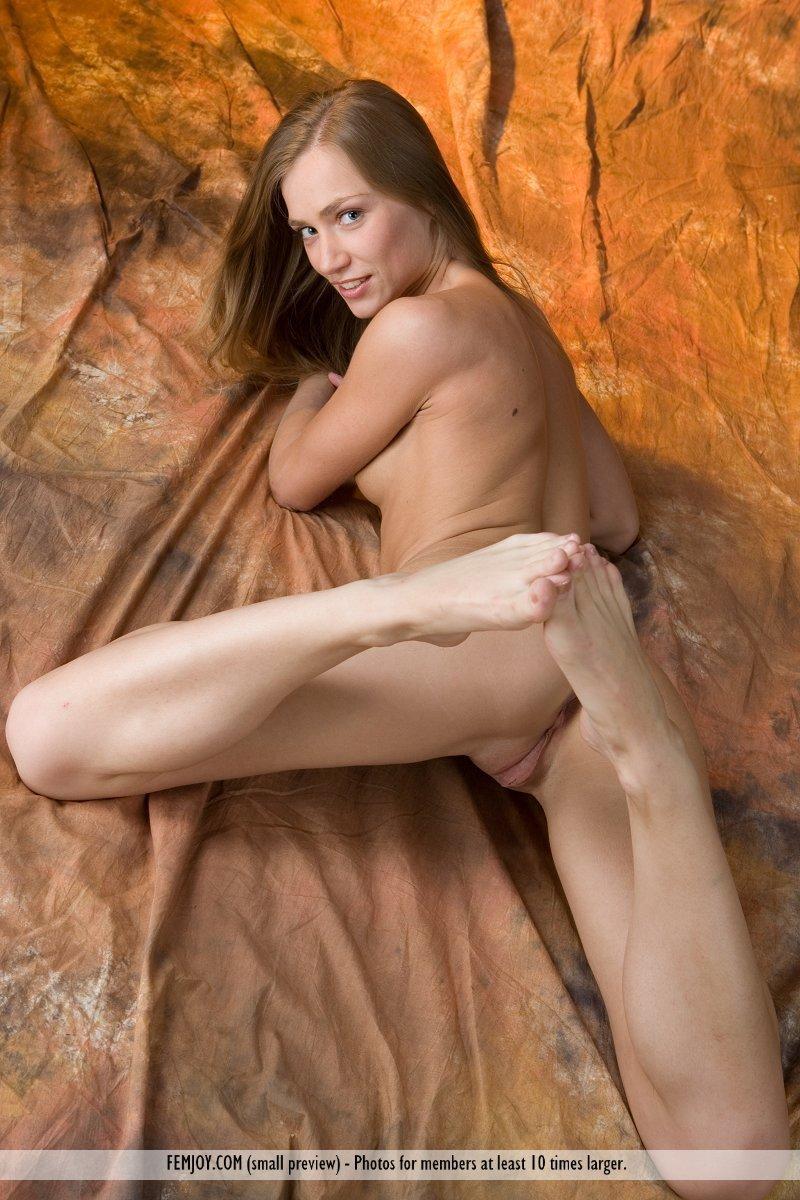 Чувственная прелестная блондинка Sandra C принимает гибкие позы и участвует в соблазнительной эротической фотосессии