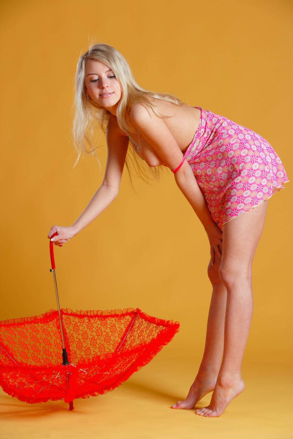 Длинноногая элегантная блондинка Barbara D позирует с зонтиком и показывает свое прекрасное молодое тело