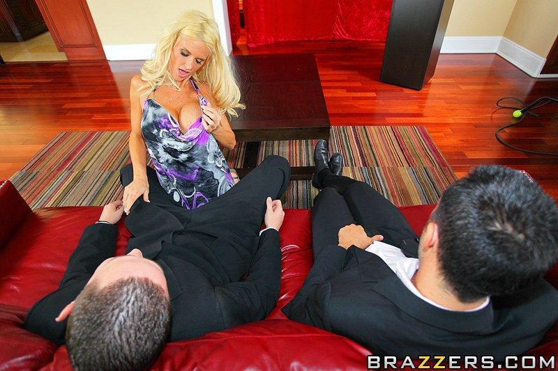 Длинноногая зрелая блондинка с большой грудью Rhyse Richards трахается в туфлях на высоких каблуках