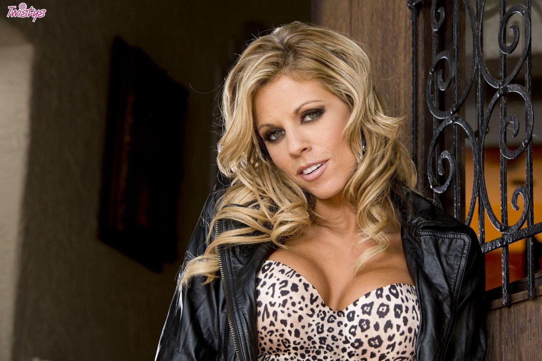 Грудастая блондинка Nicole Graves в коже использует секс-игрушки