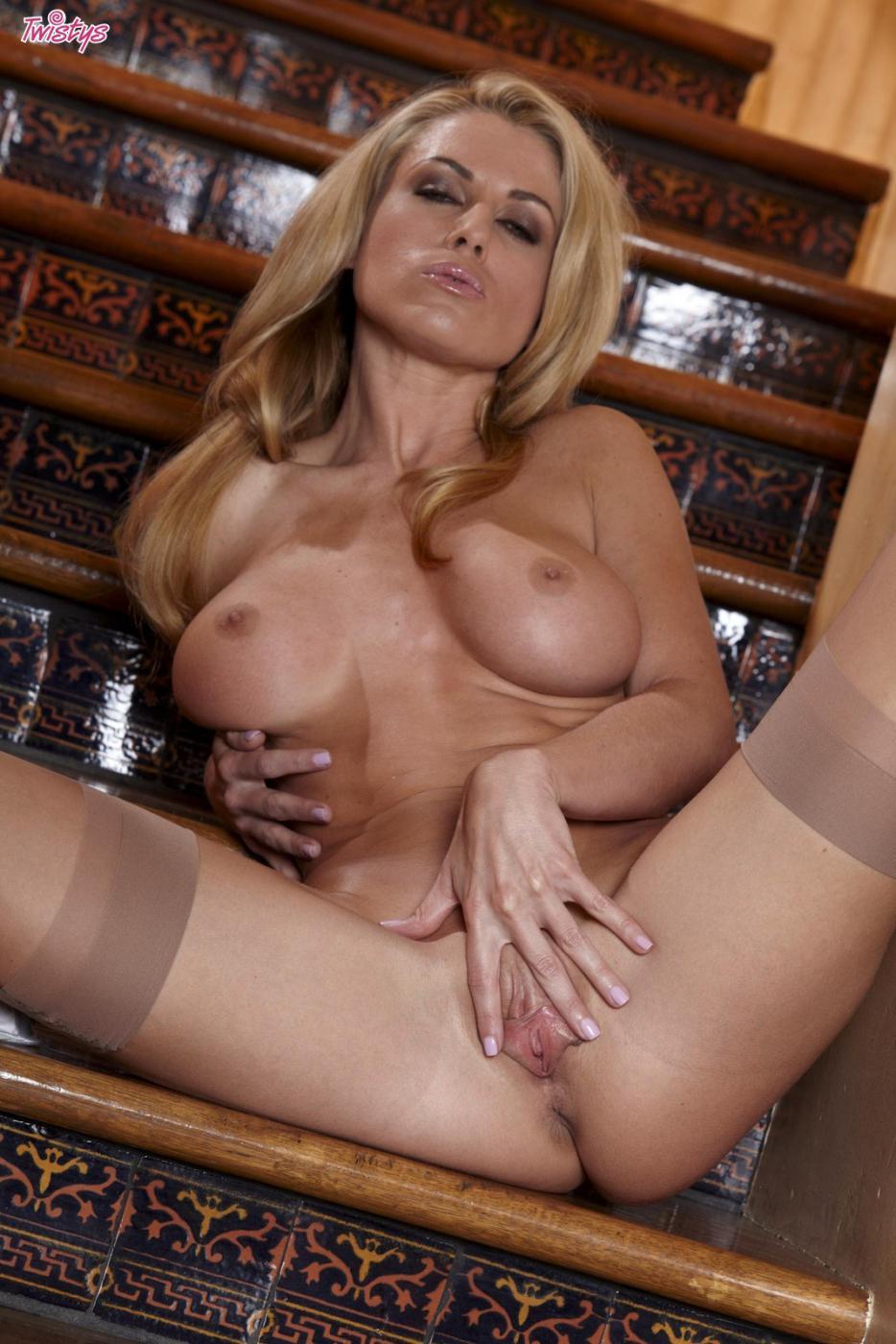 Грудастая блондинка Randy Moore в кружевном нейлоне и на высоких каблуках показала свои интимные части тела на лестнице