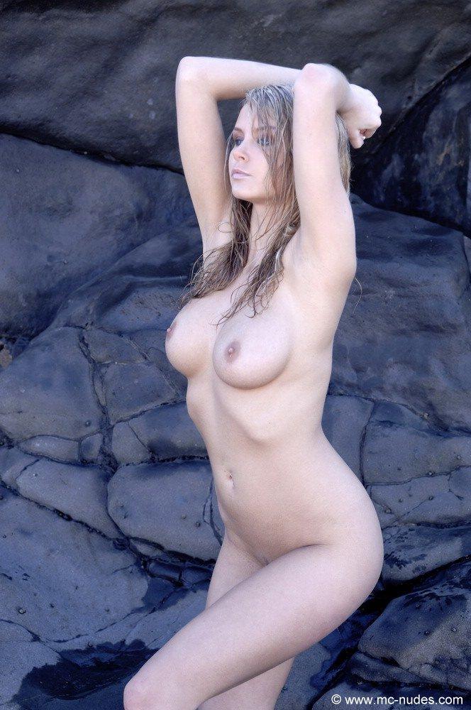 Грудастая блондинка Zoe McDonald залезла на скалу и позирует обнаженной