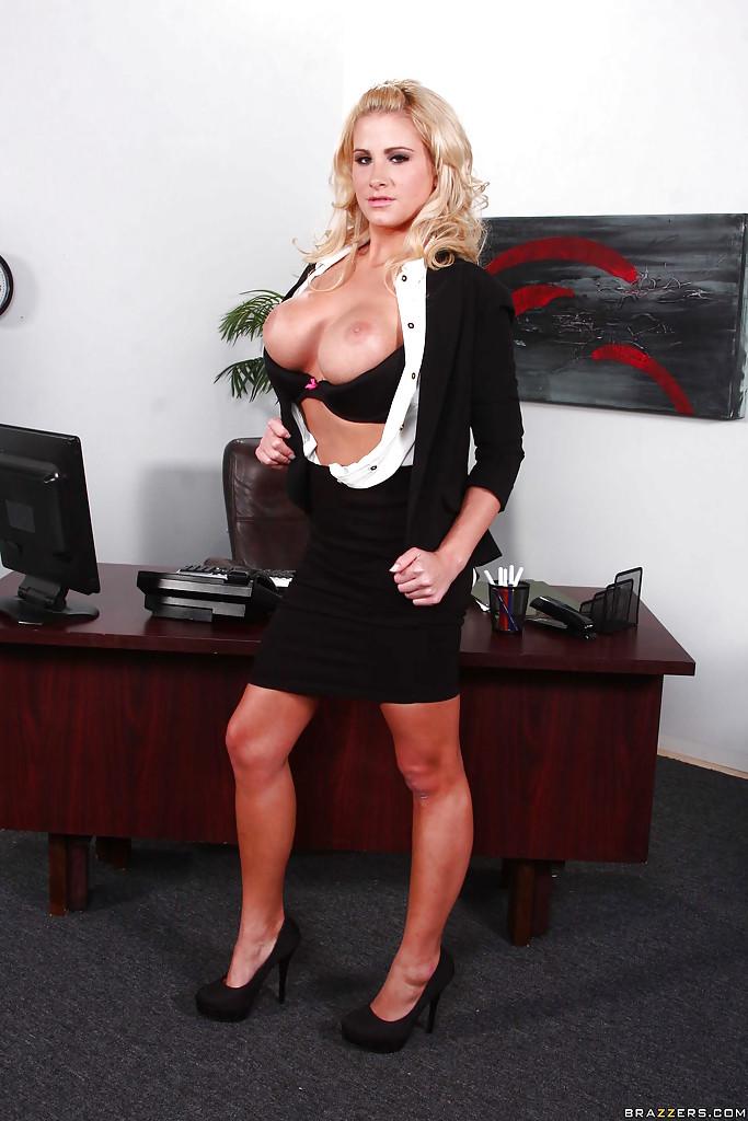 Грудастая секретарша раздевается на рабочем месте