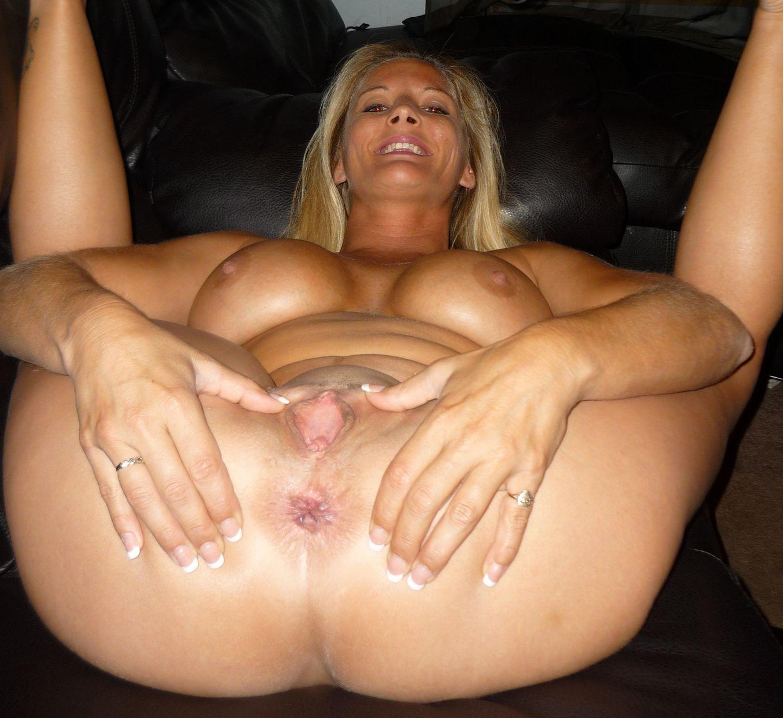 Грудастая женщина показывает свои дырки крупным планом