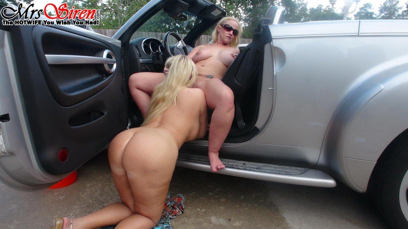 Групповуха с двумя милфами блондинками возле тачки