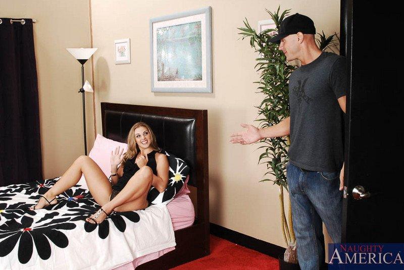 Игривая блондинка Brianna Love наслаждается твердым хером и сосет его, вылизывая досуха всю сперму