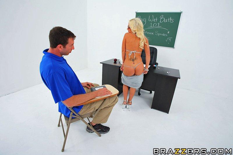 Игривая блондинка-училка Sammie Spades дает ученику трахнуть свою большую, сексуальную попку
