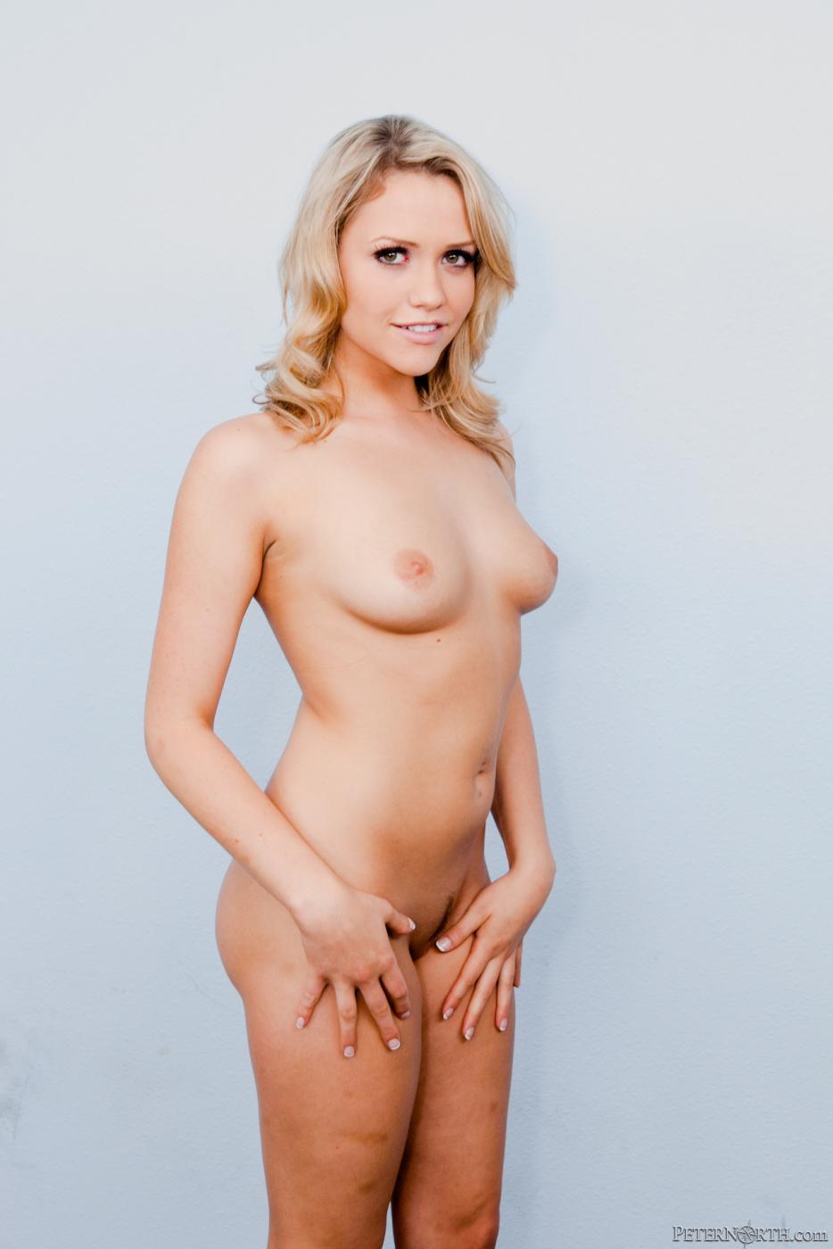 Игривая и грязная блондинка Mia Malkova позирует в черном белье и без него