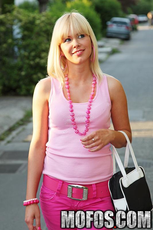 Красотка-блондинка Tracy Gold выходит на улицу и играет со своей киской там