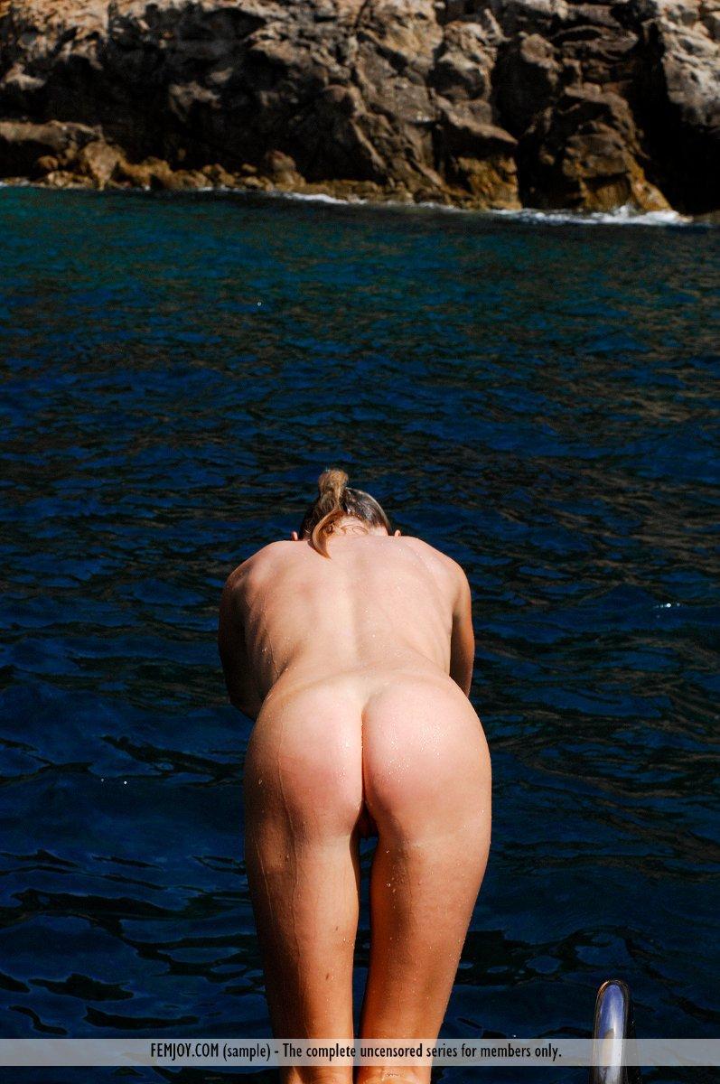 Милая блондинка Rosea Nubiles решает купаться обнаженной и позирует на природе