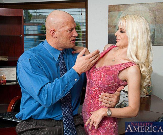 Платиновая блондинка со стоящими титьками Sandy Simmers отдается члену и трахается на офисном столе
