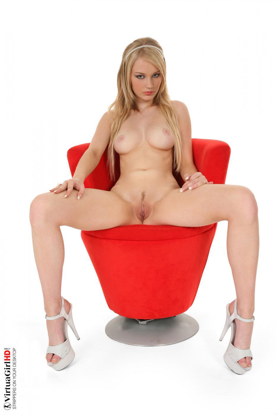 Похотливая блондинка Lynne Twistys раздевается и позирует в красном кресле